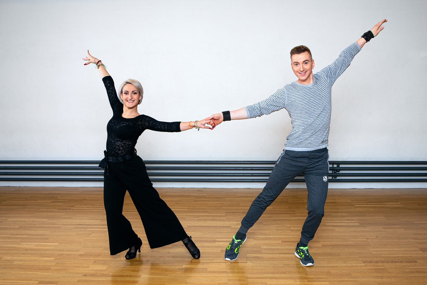 Edward Piccin in durchgestreckter Pose mit Tanzcoach NOemi Bozzo.